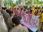 ratusan-gabungan-mahasiswa-jambi-menggelar-aksi-demo-di-depan-kantor-gubernur-jambi.jpg