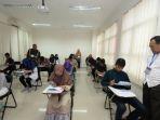 rektor-uny-memantau-ujian-tulis-seleksi-mandiri-pada-minggu-2272018_20180731_194233.jpg