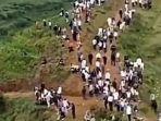 ribuan-warga-desa-xiushui-berbondong-bondong-ke-bukit-saat-mendengar-suara-aneh.jpg