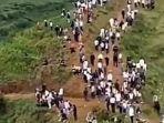 ribuan-warga-desa-xiushui-berbondong-bondong-ke-bukit.jpg