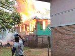 rumah-kepala-desa-di-kecamatan-jujuhan-ilir-kabupaten-bungo-ludes-terbakar.jpg