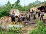 satgas-illegal-drilling-potong-pipa-sumur-sumur-minyak-ilegal-di-bajubang-kabupaten-batanghari.jpg