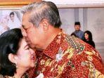 sby-berikan-kecupan-untuk-ani-yudhoyono.jpg