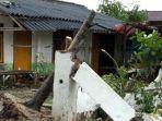 sebuah-rumah-warga-rusak-ditimpa-pohon-tumbang.jpg