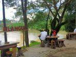 sejumlah-pengunjung-bersantai-di-pinggir-sungai-di-cafe-mlangung-coffee.jpg