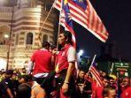 sekelompok-pemuda-memakai-baju-merah-dan-memegang-bendera-malaysia.jpg