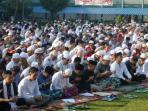 sekitar-2000-tahanan-mengikuti-ibadah-shalat-idul-fitri-di-rutan-kelas-i-cipinang-jakarta-timur_20160706_110156.jpg
