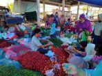seorang-pedagang-cabai-di-pasar-sengeti-sedang-melayani-pembeli-senin-21122020.jpg