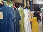 seorang-pengunjung-sedang-memilih-pakian-muslim-di-toko-pakaian-muslim-mubarak.jpg