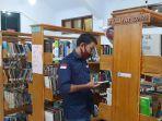 seorang-pengunjung-tampak-menggunakan-masker-sedang-membaca-buku-di-perpustakaan-bungo.jpg