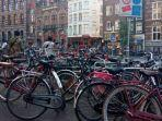 sepeda-yang-terparkir-di-salah-satu-sudut-kawasan-dam-square-amsterdam.jpg