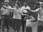 soeharto-saat-melakukan-latihan-menembak-dengan-sang-istri_20181019_213155.jpg