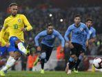striker-brasil-neymar-melakukan-tendangan-penalti-ke-gawang-uruguay.jpg