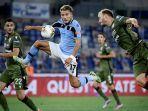 striker-lazio-ciro-immobile-berebut-bola-dengan-bek-cagliari.jpg