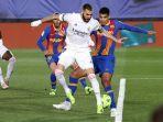striker-real-madrid-kala-berebut-bola-dengan-bek-barcelona-di-laga-el-clasico.jpg