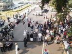 suasana-massa-aksi-yang-berkumpul-di-jalan-medan-merdeka-barat-jakarta-pusat-rabu-2662019.jpg