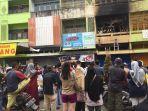 suasana-warga-dan-pedagang-menyaksikan-evakuasi-korban-kebakaran-ruko-di-gang-siku-minggu-kemarin.jpg