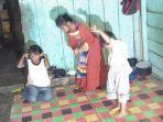 tak-bisa-melihat-ibu-di-kerinci-ini-hidupi-3-orang-anak-sendirian-dan-berharap-bantuan-warga.jpg