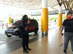 tim-resmob-polda-jambi-saat-menunggu-kedatangan-pelaku-penculikan-bayi-usia-dua-bulan-di-bandara.jpg