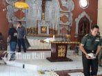 umat-gereja-membersihkan-sisa-perusakan-yang-terjadi-di-gereja-paroki-santo-yoseph.jpg