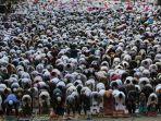 umat-muslim-melaksanakan-shalat-idul-fitri-1-syawal-1439-h-di-jatinegara.jpg