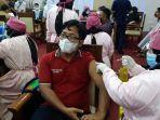 vaksinasi-wartawan-dan-pegawai-di-setda-provinsi-jambi.jpg