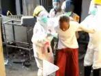 video-viral-di-instagram-memperlihatkan-seorang-kakek-terlihat-berontak-saat-sejumlah-petugas-medis.jpg