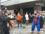 viral-potongan-video-anggota-brimob-ditantang-peserta-aksi-1812.jpg