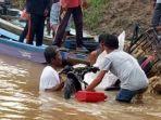 warga-dan-bpbd-tebo-mengangkat-sepeda-motor-aidil-yang-jatuh-ke-sungai-batanghari.jpg