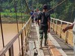 warga-desa-sungai-abang-sarolangun-melakukan-perbaikan-jembatan-gantung.jpg