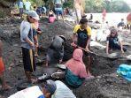 warga-desa-tamillow-kecamatan-amahai-kabupaten-maluku-tengah-mendulang-emas-di-bibir-pantai.jpg