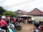warga-di-kelurahan-sengeti-antre-di-pangkalan-gas.jpg
