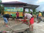 warga-di-rt-55-kelurahan-eka-jaya-gotong-royong-di-pos-kamling.jpg