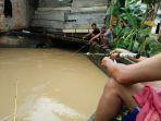 warga-memancing-di-sebuah-drainase-di-kota-jambi_20180411_174909.jpg