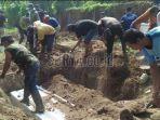 warga-menggali-kubur-untuk-7-mayat-pelaku-serangan-bom-bunuh-diri-di-surabaya_20180520_232617.jpg