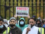 warga-muslim-di-inggris-berdemo-di-depan-kedubes-perancis-atas-sikap-emmanuel-macron.jpg