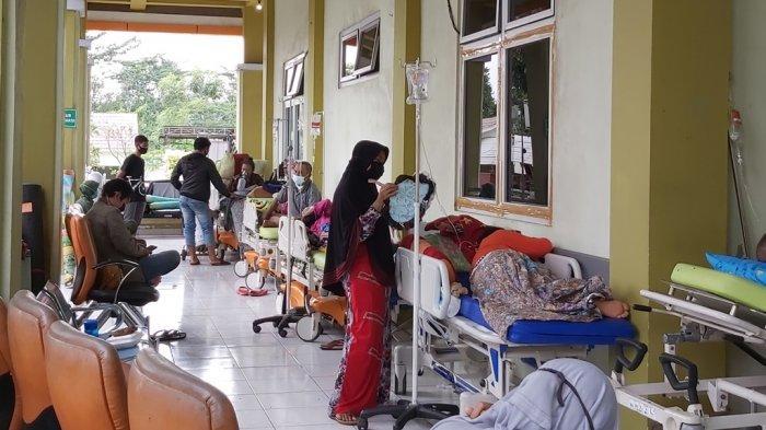 10 pasien problabe yang diletakan di luar atau di selasar RSUD Kajen