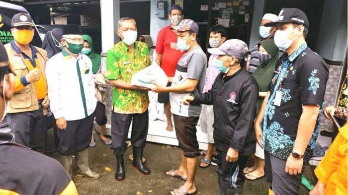 Plh Bupati Demak Berikan Bantuan 300 Paket Sembako Kepada Korban Banjir Desa Pecuk