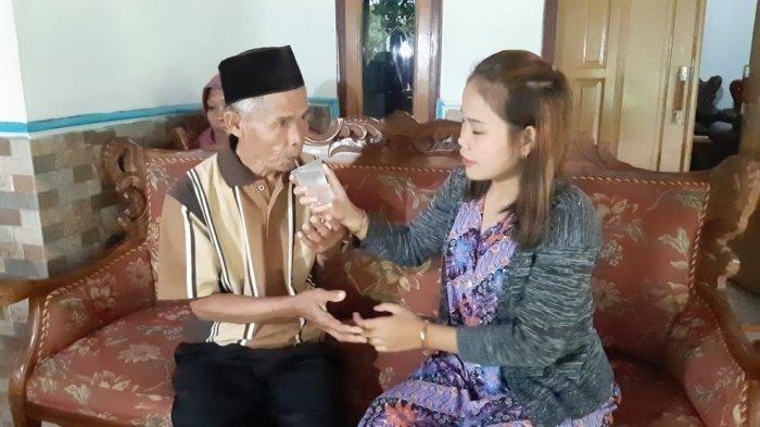 Abah Sarna (78) memberanikan diri mempersunting gadis berusia 17 tahun bernama Noni Novita Handayani asal Kampung Cicondong, Desa Sukamulya, Kecamatan Pagaden Barat, Subang.
