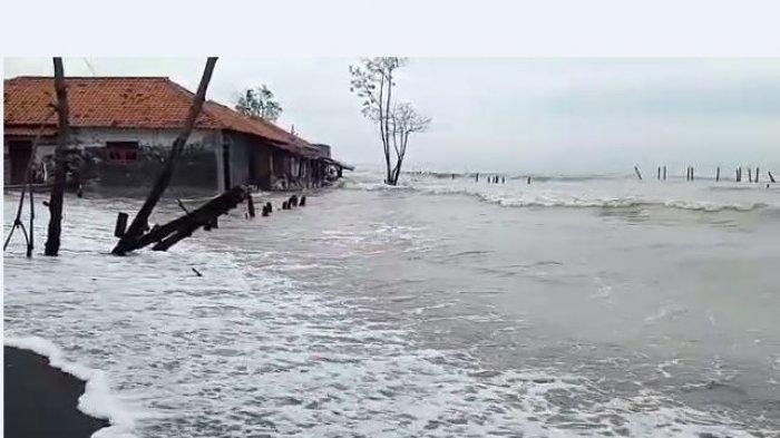 Air pasang yang terjadi di Dusun Simonet, Desa Semut, Kecamatan Wonokerto, Kabupaten Pekalongan, Jawa Tengah.