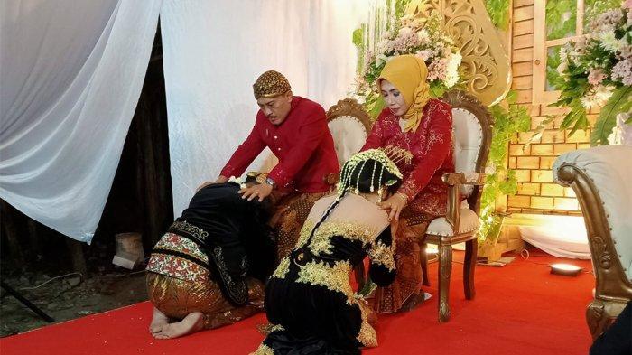 SUNGKEM ORANGTUA - Acara sungkeman dalam rangkaian acara adat pengantin Jawa yang disimulasikan oleh Janur Kuning di Pucanggading beberapa waktu lalu.