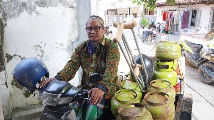 Achmad Arif Budiono (49), sosok ustadz penyandang tunadaksa yang pantang menyerah di tengah keterbatasan fisik.