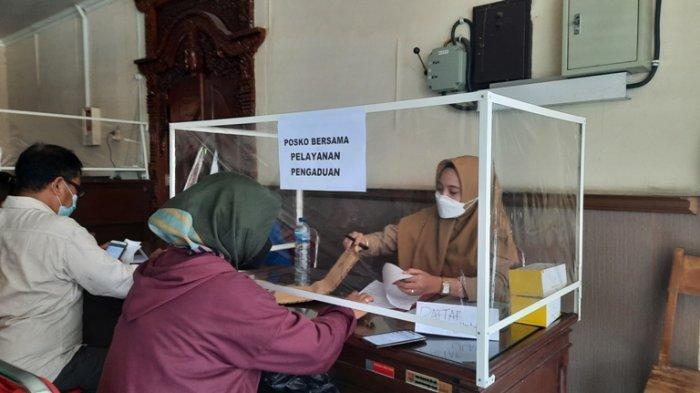 Pegawai melayani aduan dari para pedagang Pasar Johar, di kantor Dinas Perdagangan, Senin (11/10/2021).