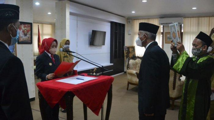 Agus Winarno saat resmi dilantik dan diambil sumpahnya oleh Bupati Purbalingga, Dyah Hayuning Pratiwi, menjadi Penjabat (Pj) Sekda Kabupaten Purbalingga, Senin (16/8/2021) di Ruang Kerja Bupati Purbalingga.