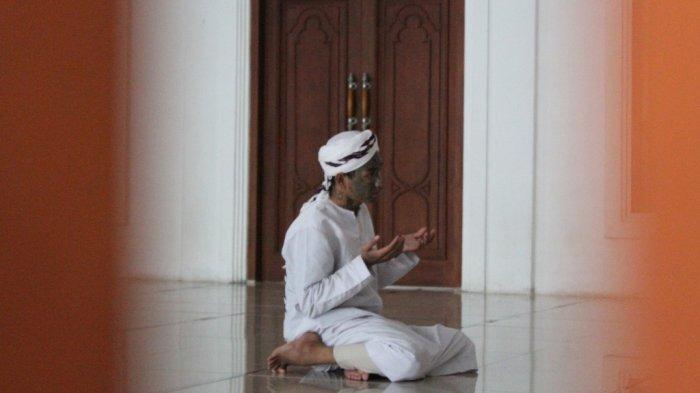 Ahmad Nur Kusuma Yuda sedang salat Zuhur di Masjid Jami Al-Istiqomal,Jalan Kusuma Wardani, Pleburan, Kota Semarang, Sabtu (9/1/2021).