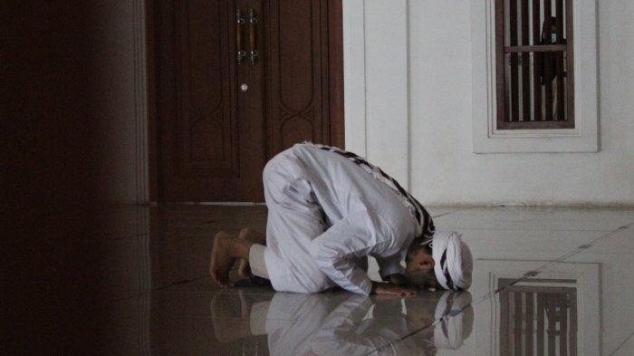 Ahmad Nur Kusuma Yudasedang salat Zuhur di Masjid Jami Al-Istiqomah, Jalan Kusuma Wardani, Pleburan, Kota Semarang, Sabtu (9/1/2021).