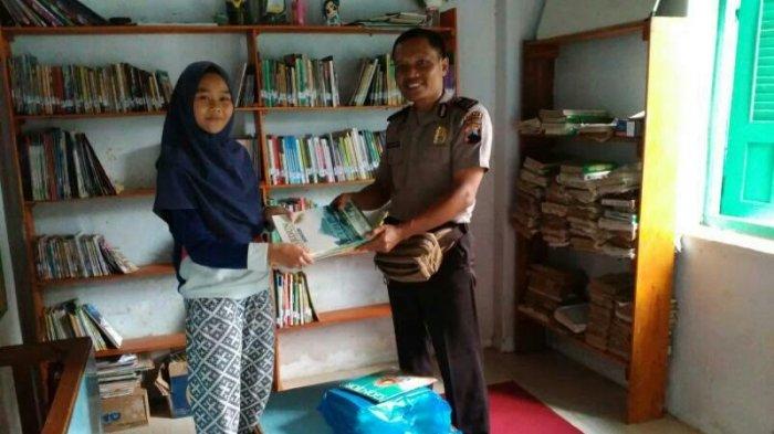 Aiptu Sumarwata Sumbangkan Buku-buku Bacaan kepada Omah Sinau Bandar Batang
