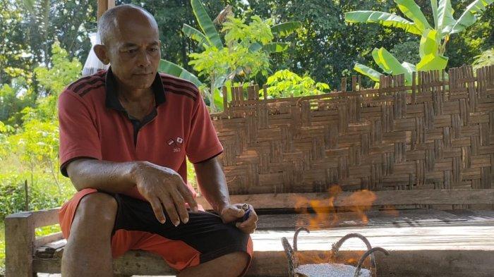 Sholikin Santai Masak Nasi Pakai Api Bekas Pengeboran Sumur di Karanganyar