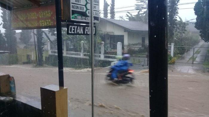 Air Selokan Tawangmangu Meluber Bikin Jalan Mirip Sungai