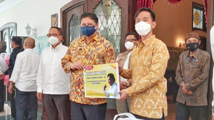 Airlangga Hartarto Serahkan Bantuan Sembako dan Oksigen Konsentrator ke Pemkot Solo